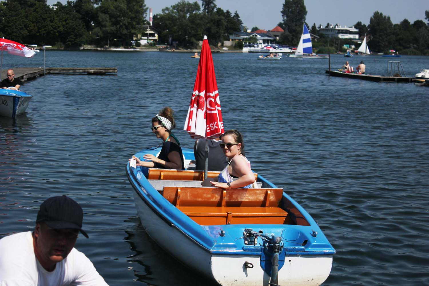 Yvonne-Just-Travelous-and-Nina-Travelettes-in-their-electric-boat