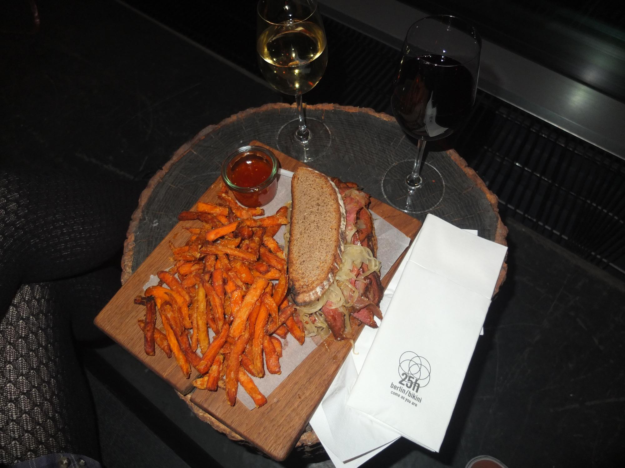 25h Bikini Hotel Berlin - Monkey Bar Pastrami Sandwich